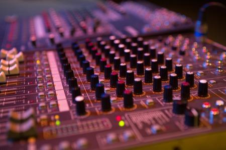 estudio de grabacion: consola profesional en el estudio de grabación. mezclador de estudio Foto de archivo
