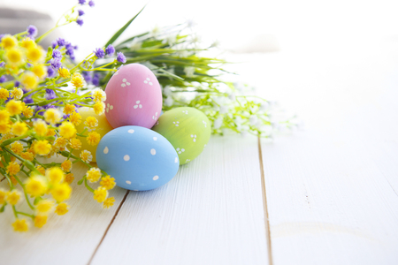 Colorful Easter eggs on wooden background. Easter holidays background 免版税图像