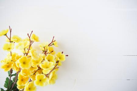 belli i fiori di ciliegio giapponese su fondo in legno