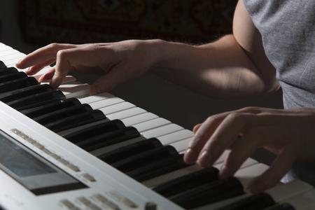 pianista: El pianista músico de instrumento musical de tocar el piano. piano de música con el hombre más destacado.