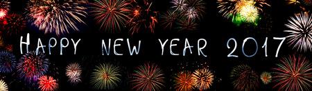 nowy rok: Szczęśliwego nowego roku 2017 napisane z Sparkle fajerwerków. Nowy rok tła. Zdjęcie Seryjne