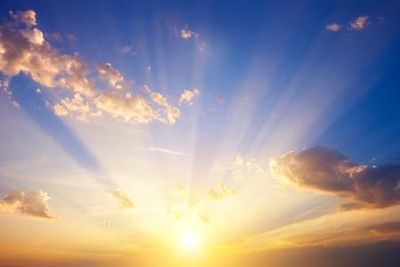 Zonsopgang met sterke kleurenwolken lichtstralen en andere atmosferische effecten