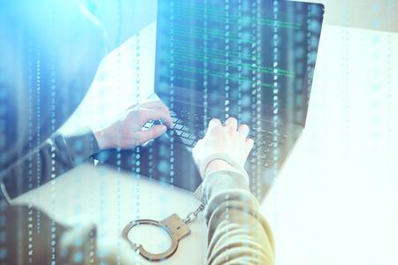 컴퓨터 개인 정보 침해 공격. 해커 프로그래머는 화면을보고 강제로 프로그램 코드 해킹 정보를 씁니다.
