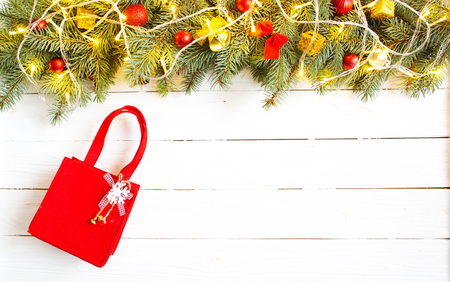 Christmas fir tree with decoration on a white wooden board with red package. Standard-Bild - 114141374
