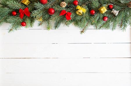 Christmas decoration on white old grunge wooden board. Standard-Bild - 114141382