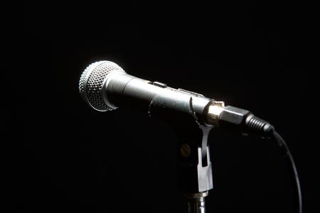 Micrófono aislado sobre fondo negro. Concepto de música y concierto.