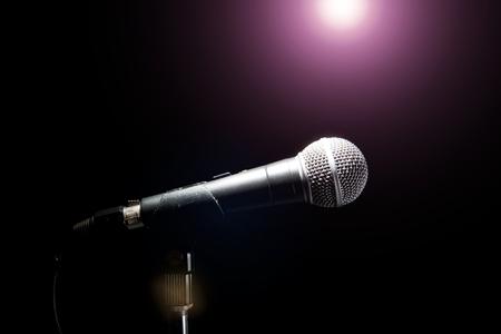 黒の背景にマイク。音楽とコンサートのコンセプト。