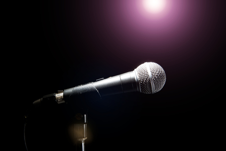 Micrófono en un fondo negro. Concepto de música y concierto.