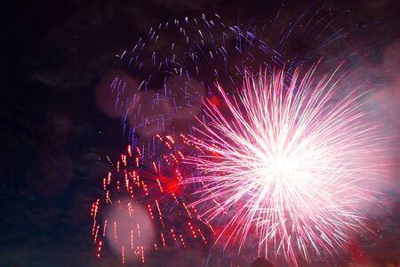 kleurrijk vuurwerk voor abstract, jubileum, feest en nieuwjaarsachtergrond. Geweldige vakantie van een geweldig land. De viering van Independence Day in de Verenigde Staten van Amerika. 4 juli. Stockfoto