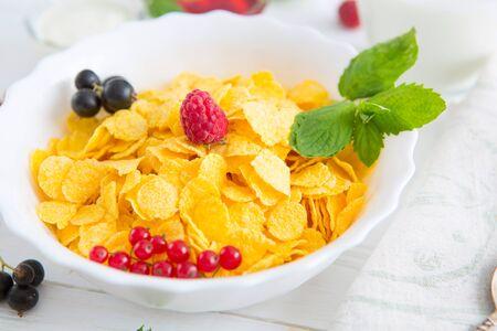gutes Frühstück Gesunde leckere Frühstückscornflakes mit Erdbeeren, Himbeeren, schwarzen Johannisbeeren und roten Johannisbeeren.