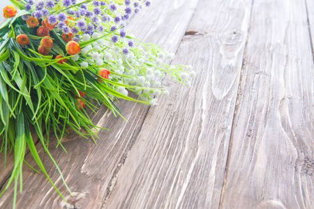 Bouquet of wildflowers on wooden. Wild flowers on an old wooden background Standard-Bild - 133679882