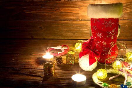 Decorazioni natalizie su tavola di legno. Anno nuovo concetto.