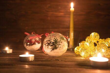 Weihnachtsschmuck mit Weihnachtsbeleuchtung auf Holztisch.