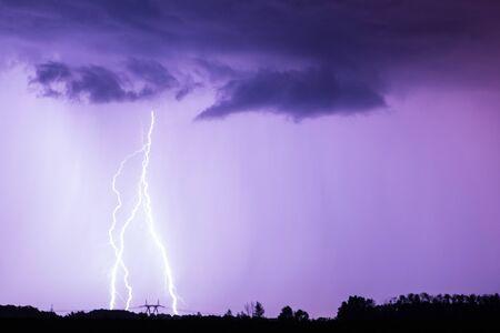 Błyskawica z dramatycznymi chmurami. Nocna burza z piorunami