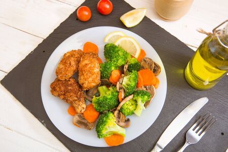 Grilled fIllet of chicken garnished with broccoli, carrots and mushrooms