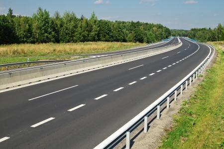 空の高速道路の距離車で、森の木々 に消えて、上からの眺め