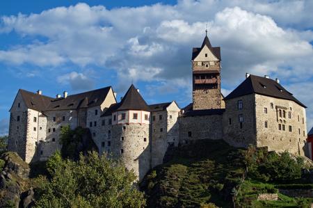 고딕 로마네스크 성 Loket는 체코 공화국, 바위에 내장. 푸른 하늘과 극적인 구름 화창한 여름 날.