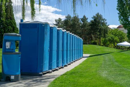Porta Poties alineados para un evento Foto de archivo