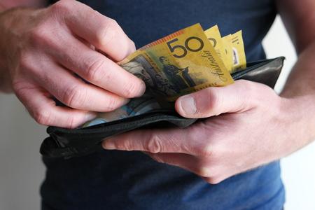 Man trekt geld uit de portemonnee uit Stockfoto
