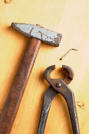 trabajo manual: viejas herramientas manuales oxidados en tabla de madera dañada sin gente Foto de archivo