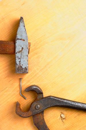 trabajo manual: viejas herramientas manuales oxidados en tabla de madera da�ada con copyspace ning�n pueblo Foto de archivo