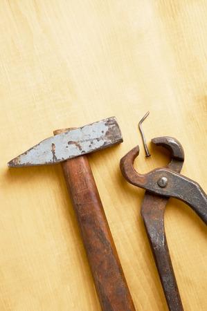 trabajo manual: viejas herramientas manuales oxidados en tabla de madera dañada con copyspace ningún pueblo Foto de archivo
