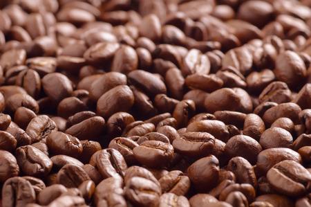 cafe colombiano: Mont�n de granos de caf� tostado fotografiado desde un �ngulo bajo suave centrado