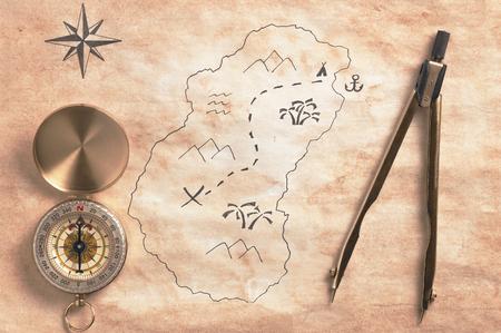 isla del tesoro: Mapa de la isla del tesoro esquem�tica de edad con instrumentos de navegaci�n vista superior retro filtra Foto de archivo