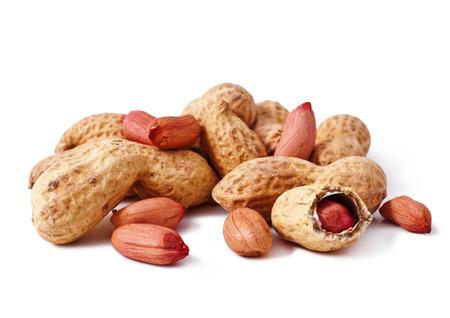 cacahuate: cacahuetes aislados sobre fondo blanco