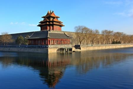 Coin nord-ouest de la Cité Interdite, la réflexion dans le fossé, à Beijing en Chine.