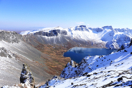 crater lake with snow in winter 免版税图像