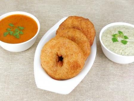 chutney: Comida india, vada con salsa picante y sambar. Foto de archivo