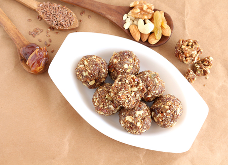 frutas secas: Indian sweet food dry fruits and nuts laddu, which is a traditional, healthy, nutritious and popular dish, is made from items like dates, raisins, almonds, cashew nuts and flaxseeds, in a tray.
