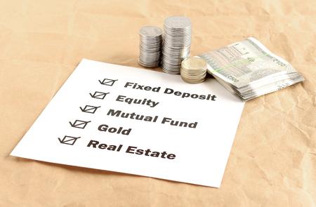 投資オプション、株式、投資信託、定期預金、金、不動産、概念を含みます。 写真素材