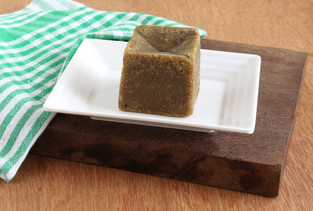 Organic jaggery, which is an unrefined sugar, is a healthy food that is made from sugarcane juice, without using any chemicals, and that is used as a sweetener in many Indian dishes. Imagens