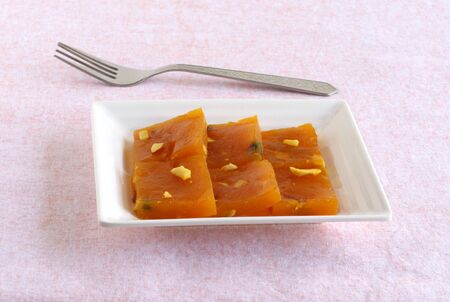 Mango halwa, a popular and delicious sweet dish, is made from ingredients like mango pulp, sugar, cashew nuts, almonds, and ghee. Imagens