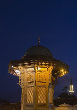 bosna: Sarajevo, citt� vecchia fontana centro storico, la capitale della Bosnia-Erzegovina, al crepuscolo Archivio Fotografico