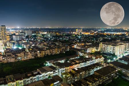 noche y luna: Bangkok ciudad y gran luna en la noche