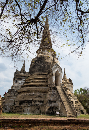 identidad cultural: Temple ancient white pagoda place of worship famous at ayutthaya, thailand