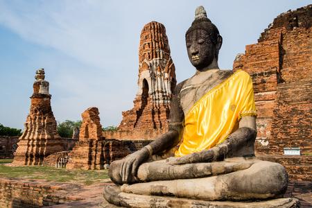 identidad cultural: Temple buddha statue pagoda ancient ruins invaluable at wat phra mahathat, ayutthaya, thailand
