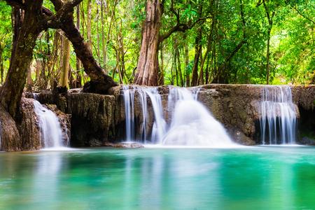 Водопад глубокий лес мягкий природный природный в Канчанабури, Таиланд