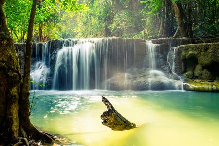 Водопад глубокий лес сценический природный на huai mae khamin, kanchanaburi, thailand