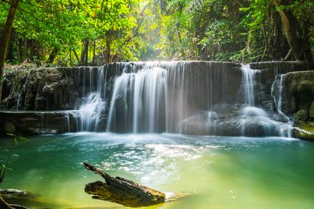 Водопад глубокий лес живописный природный в национальном парке хуай мае хамин, канчанабури, Таиланд