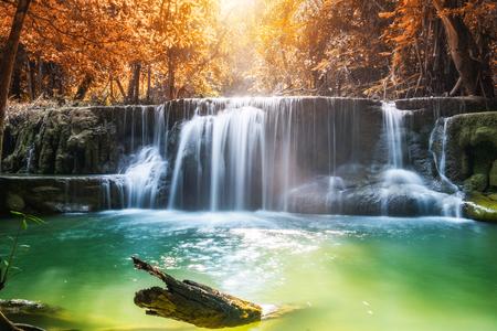 Водопад осень в тропических лесах в huai mae khamin, kanchanaburi, thailand