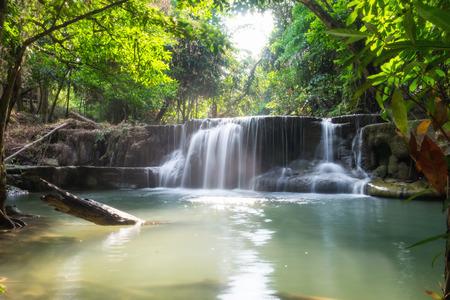 Водопад тропический лес красивый естественный на huai mae khamin, kanchanaburi, thailand