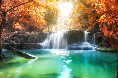 Живописный водопад в тропическом лесу в осенний сезон в Хуай Мэй Хамин Канчанабури, Таиланд Фото со стока