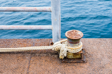 Rope thick tied with steel pier for stop boat Imagens - 91027386