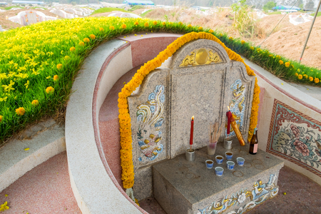 石彫りの墓と草のマウンドの装飾は、中国の伝統を引き起える 写真素材 - 91861588