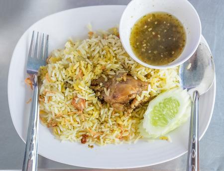 Reis mit Curry-Huhn Biryani mit Sauce süß-saurer Standard-Bild - 91862132