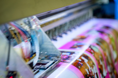 Head inkjet during printing on pink vinyl banner 免版税图像